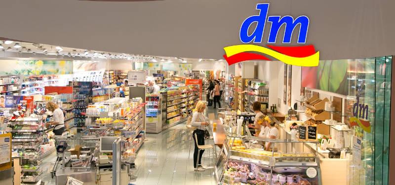 nakupující zákazníci v prodejně dm drogérie