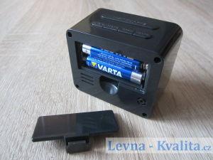 otevřená krytka na baterky digitálního budíku Auriol