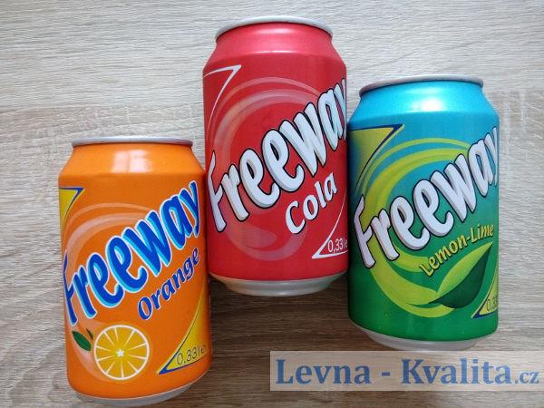 Seřazené plechovky Freeway nápojů vedle sebe