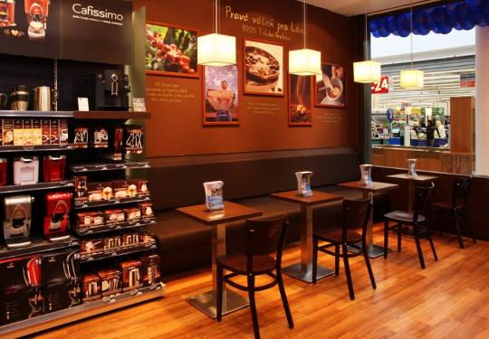 ukázka interiéru prodejny tchibo s posezením u kávy
