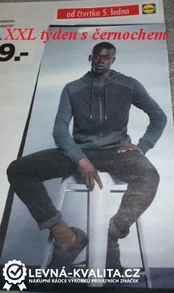 černoch sedí na židli a propaguje oblečení Lidlu