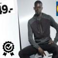 černoch progapuje oblečení v letáku Lidlu