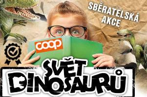 dítě si prohlíží sběratelské album - encyklopedii dinosaurů z coopu