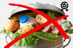 odpadkový koš plný potravin - očividně plýtváme potravinami