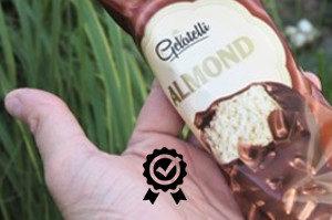 zmrzlina gelatelli almond položená na dlani