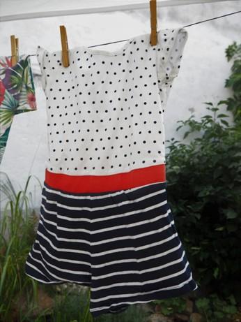 šaty z Lidlu visí na prádelní šňůře