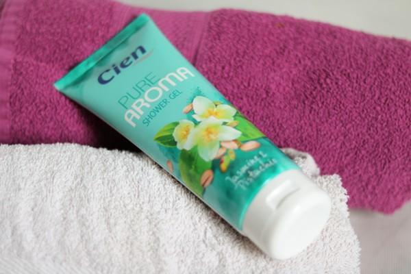 sprchový gel Cien leží na ručníku