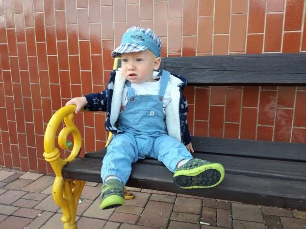 dítě sedí na lavičce a má oblečené kalhotky Lupilu z Lidlu