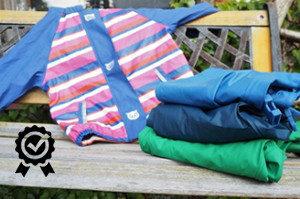 nepromokavé oblečení značky Lupilu položené na lavičce