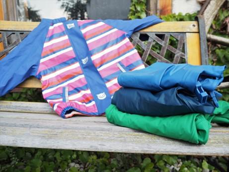 nepromokavá bunda a kalhoty Lupilu leží na lavičce