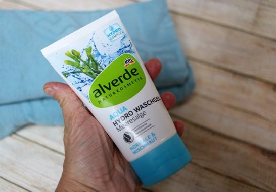 lidská ruka drží Alverde Aqua mycí gel