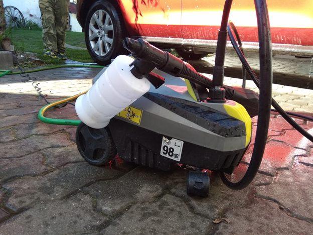čistič (wapka) Parkside PHD 100 E2 stojí na zemi před autem