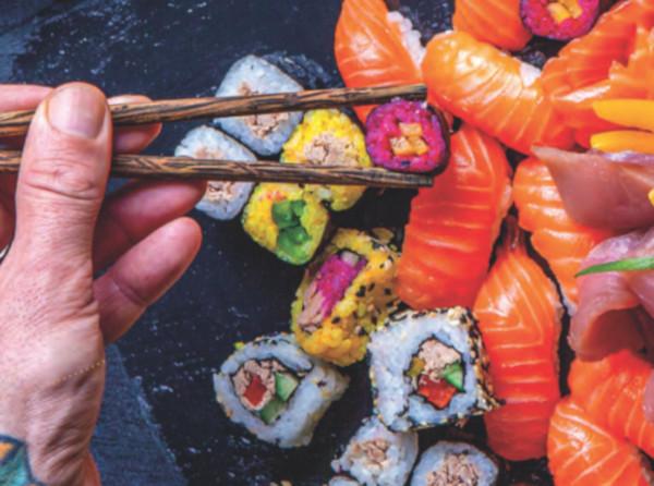 na podložce leží maki sushi připravené dle receptů v Albert magazínu