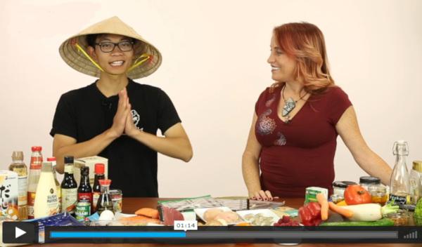 Japonec v klobouku stojí u stolu plného potravin na sushi a představuje recepty