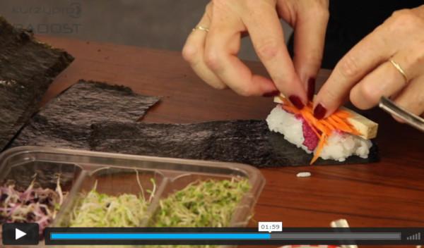 video - lektor sushi vaření roluje sushi rýži do řasy