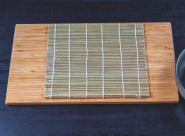Sushi podložka leží na dřevěné podložce