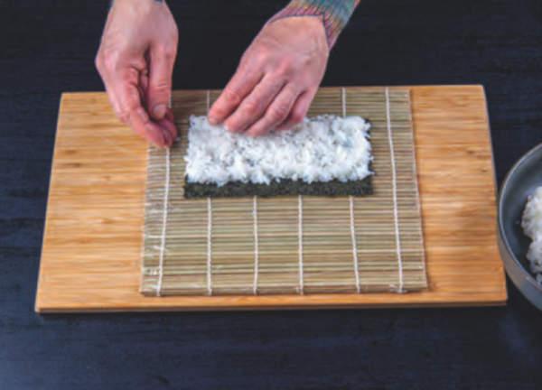 Na mořské řase je rozetřena sushi rýže dle receptu
