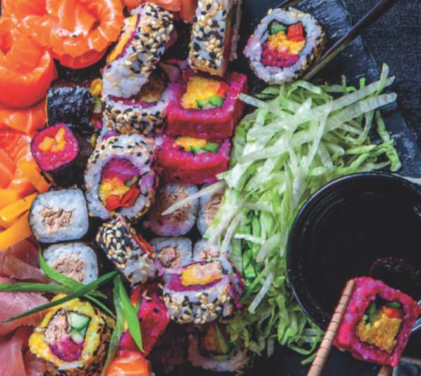 na podložce leží uramaki sushi připravené dle receptů v Albert magazínu